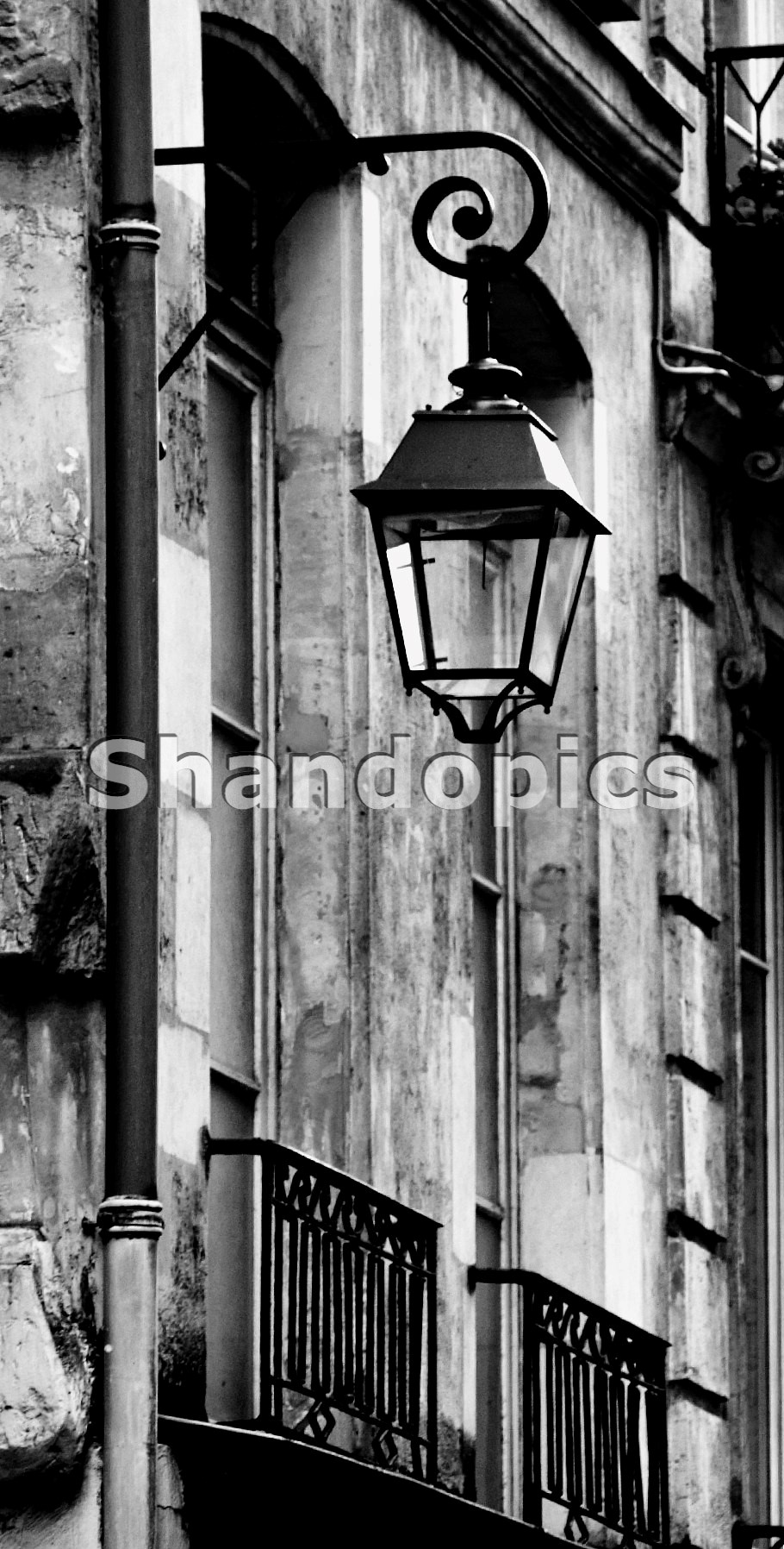 B&W Street Lamp in Paris 2015